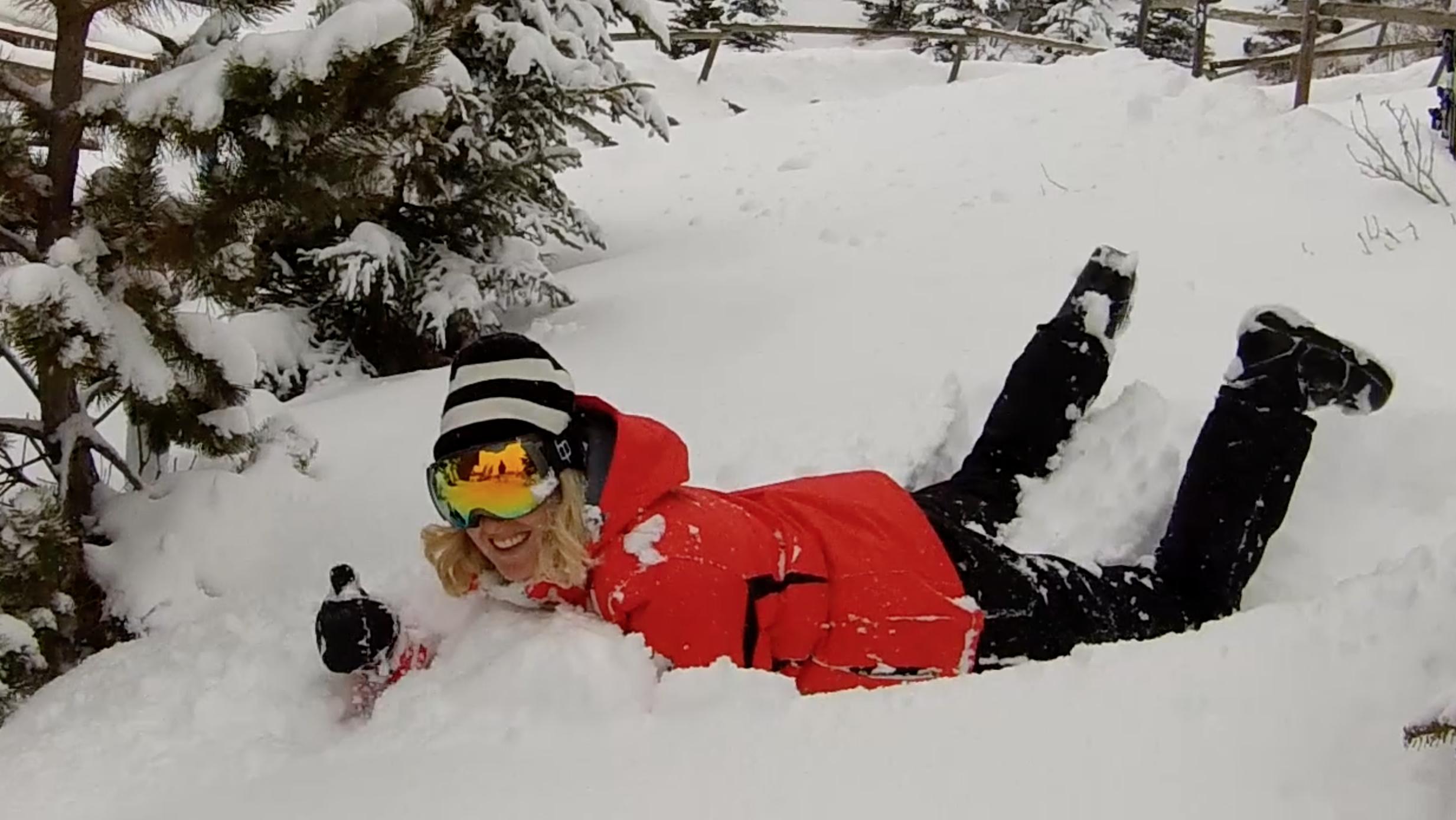 Met Mountain Peak skikleding de sneeuw in
