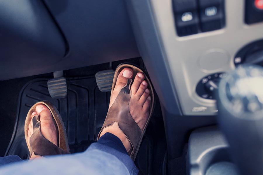 Autorijden met slippers? Toch maar niet! - Daily Cappuccino - Lifestyle Blog