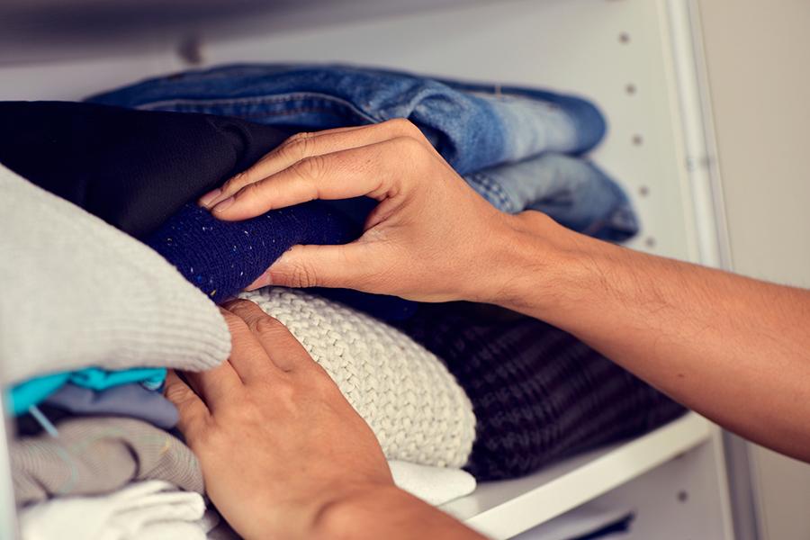 Je kledingkast opruimen: dit zijn dé 3 methodes