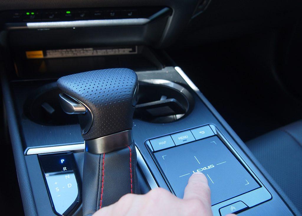 Als een koning(in) op de snelweg met de Lexus UX 250h