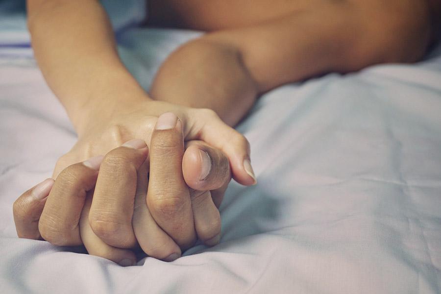 Hoe maken we ons seksleven in tijden van corona weer sexy?