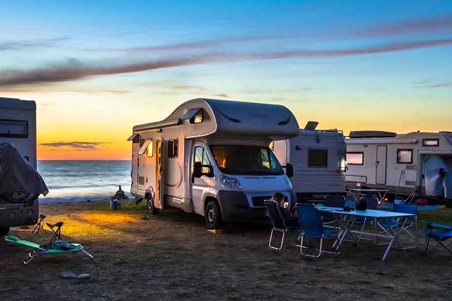 Dé kampeertrends 2021: zelfvoorzienend kamperen, themacampings en kamperende millennials
