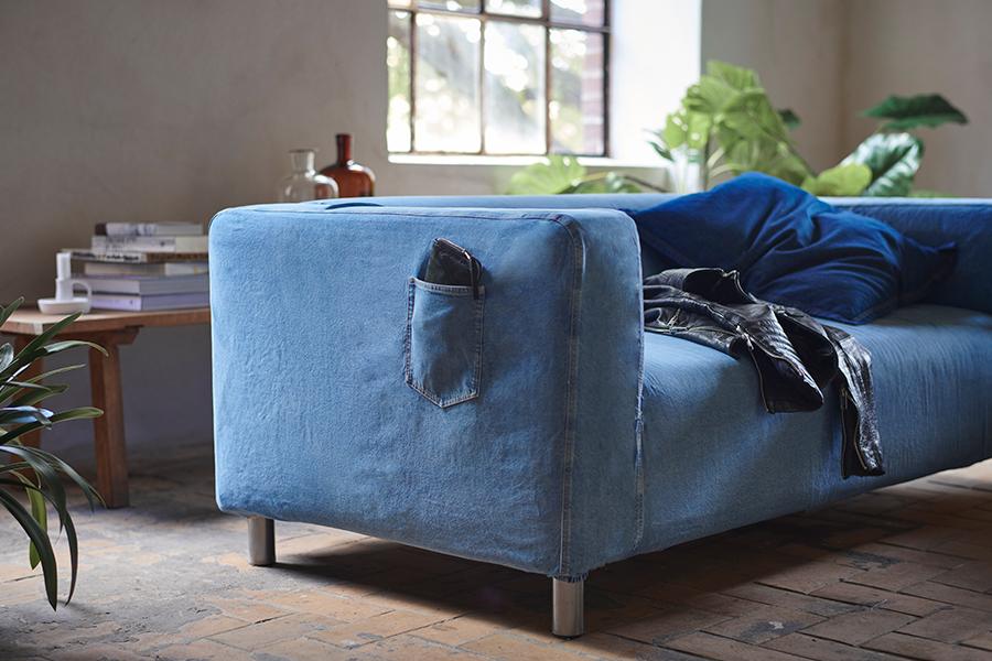 IKEA X MUD Jeans = de welbekende KLIPPAN bank in een jasje van gerecyclede spijkerbroeken