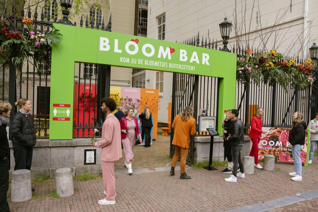De bloemetjes buiten zetten in de Bloom Bar