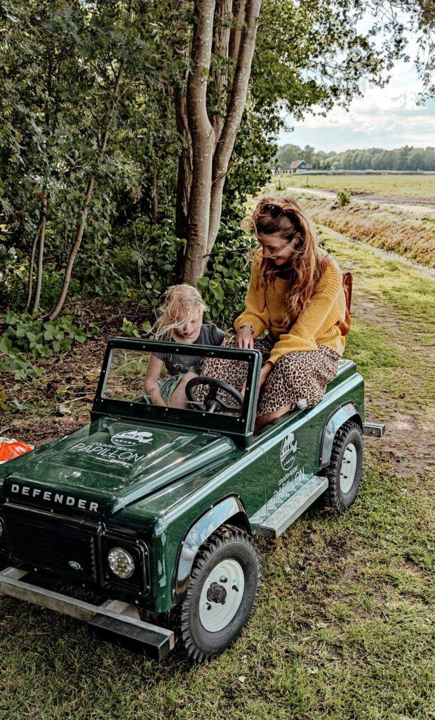 Mini landrover waar de kids een tourtje mee mochten maken